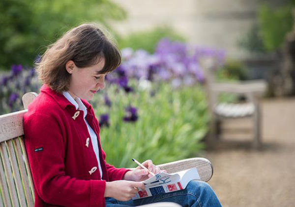 A student reading in Fellows' Garden - Photo: © John Cairns - www.johncairns.co.uk