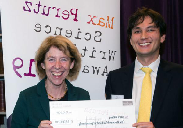 Akira Wiberg receiving the Max Perutz Science Writing Award prize (a cheque for £1,500) from Medical Research Council Executive Chair Professor Fiona Watt - Photo: © Jon Barlow for the Medical 研究 Council
