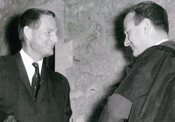 Sir Rex Richards (right) in 1969, being welcomed to the College by John Roberts (then a Fellow in 历史)