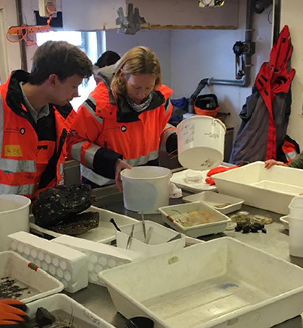 Oliver processes material with Dr Laura Robinson (Reader in Geochemistry, University of Bristol) gathered from an Agassiz trawl. [© Melanie Mackenzie]